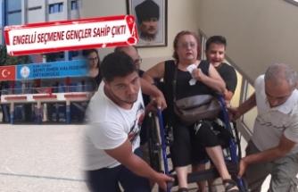 Engelli seçmenleri sandığa gençler taşıdı
