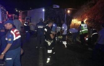 İzmir'e giden yolcu otobüsü devrildi! Hayatını kaybedenler var
