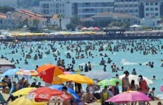 Çeşme'de plajlar dolup taştı