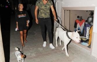 Erkek arkadaşıyla köpek gezdirdi