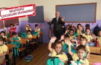 Karabağlar'da, minik öğrencilere hediyeler
