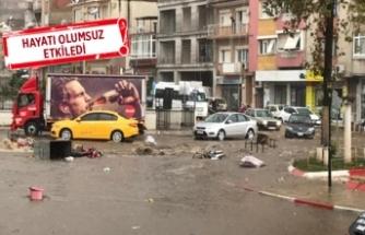 İzmir'in iki ilçesinde sağanak ve dolu yağışı!