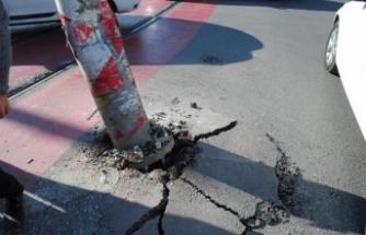 Tır direğe çarptı, tramvay seferleri aksadı