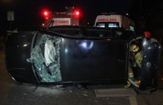Beyoğlu'ndan otomobil takla attı