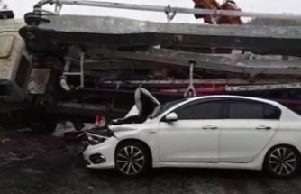 Korkunç olay! Beton mikseri otomobilin üzerine devrildi