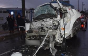 TIR'a çarpan kamyonetin sürücüsü öldü
