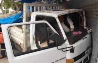 Freni boşalan kamyon iş yerine çarptı!