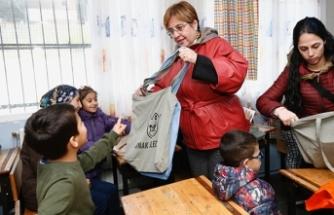 Konak'ta öğrencilere kitap, annelere bez torba