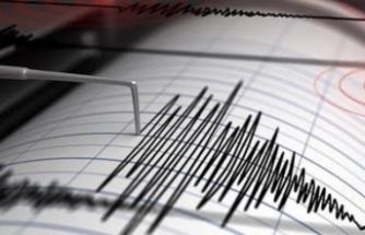 İzmir'de deprem paniği! Kaç şiddetinde yaşandı?