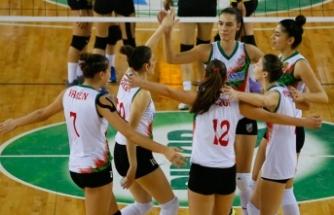 Voleybolda İzmir derbisini Karşıyaka kazandı