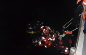 Çeşme açıklarında 21 sığınmacı kurtarıldı