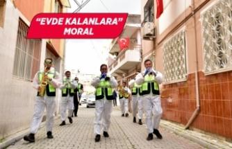 İzmir'de belediye bandosu moral için sokağa çıktı