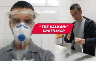 """İzmir Ekonomi Üniversitesinde sağlık çalışanları için """"yüz kalkanı"""" üretiliyor"""