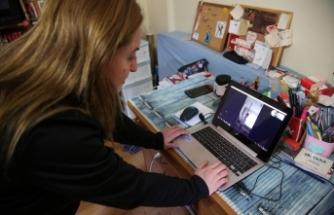 Sporcularına video konferansla antrenman yaptırıyor