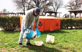 Uşak Belediyesi, sokak hayvanlarına yem bırakıyor