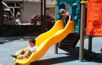 İzmir'de çocuklar güneşli havanın tadını çıkardı