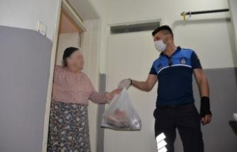 Yaşlı kadının yardımına Bergama Belediye zabıtası koştu