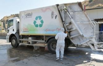 Çiğli'de çöp kamyonlarına dezenfeksiyon
