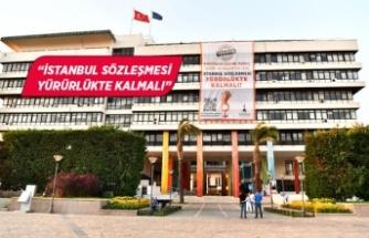 İzmir Büyükşehir Belediyesi'nden karekodlu dev pankart