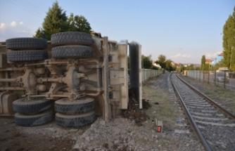 Uşak'ta hemzemin geçitte trenin çarptığı tırın sürücüsü yaralandı