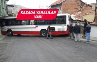 İzmir'de belediye otobüsü evlere çarptı!