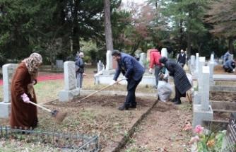 Tokyo'da İslam ve Türk büyüklerinin kabirleri çiçeklendirildi