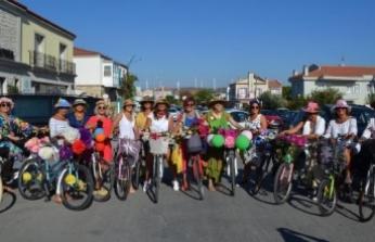 Süslü kadınlar, Alaçatı sokaklarında pedal çevirdi