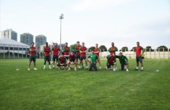 Bursasporlu futbolcular George Floyd için diz çöktü