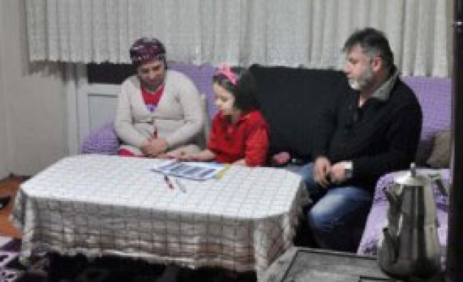 Mum Işığında Yaşayan Ailenin Elektriği Açıldı