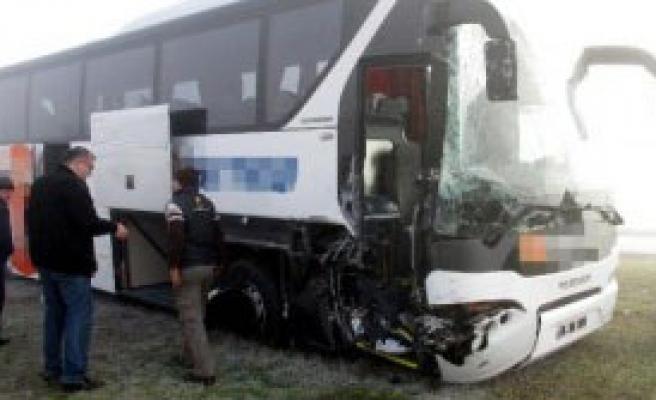 Yolcu Otobüsüyle Kamyon Çarpıştı: 4 Yaralı
