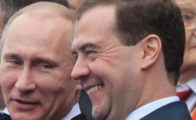 Medvedev ve Putin Ekipleri İle Değişimi Kutladı