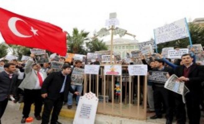 Tabutlu Ve Kafesli Protesto