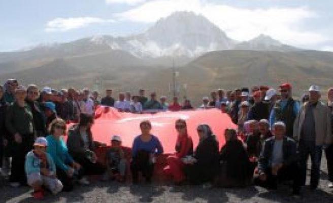 Erciyes'te, Teröre 'Bayraklı Protesto'