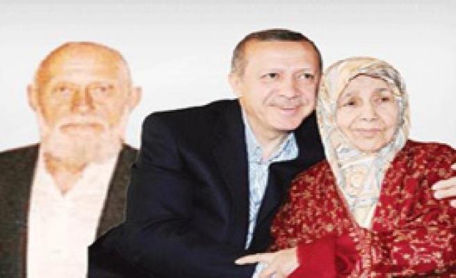 Erdoğan Anne Ve Babasının Mezarında