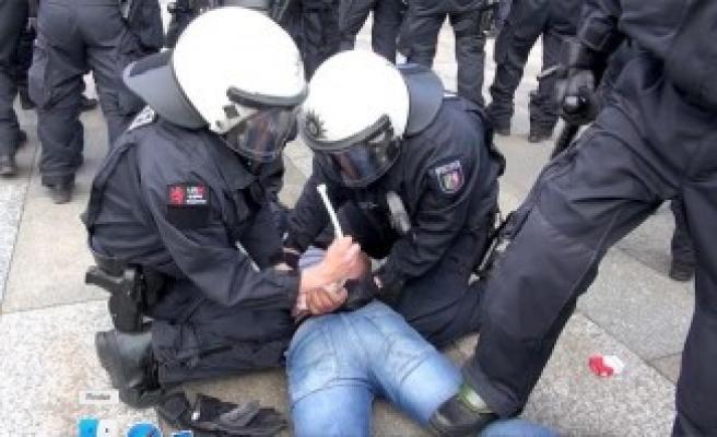 Almanya'da Taşkınlık Yapan Pkk Yandaşlarına Polis Müdahalesi