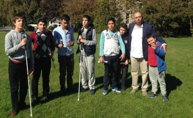 Görme engelli öğrencilerinin gözü oldu