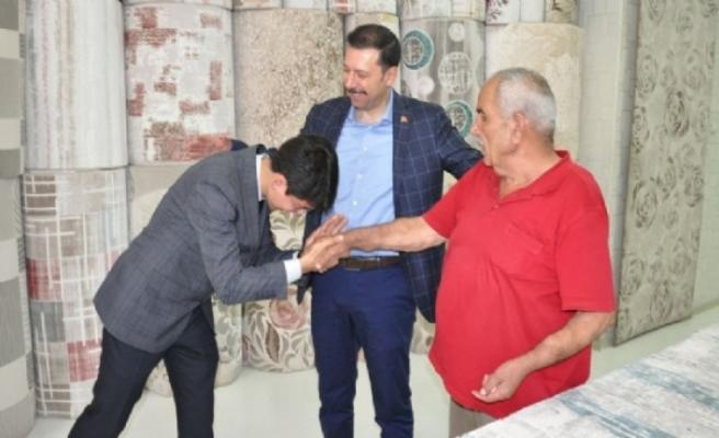 AK Parti'nin genç adayı ilk kez sahada! El öptü ve oy istedi