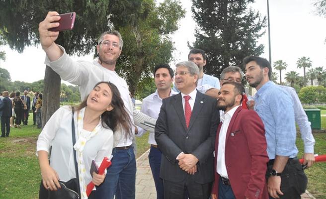 Aytun Çıray'a İzmirli gençlerden yoğun ilgi!