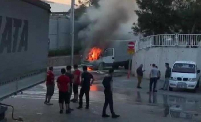 İzmir'de minibüs yandı!