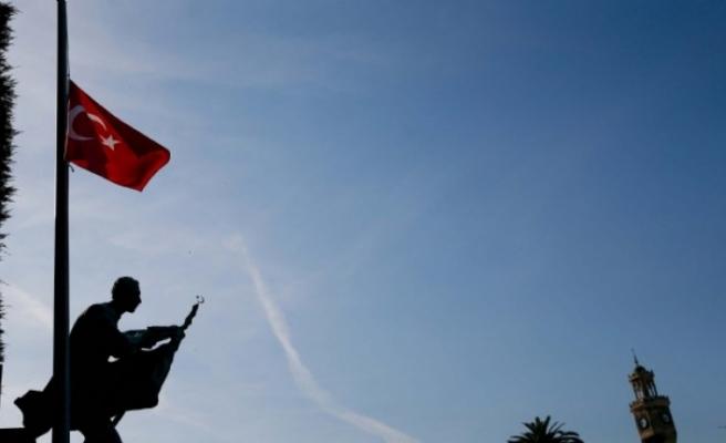 İzmir'de bayraklar yarıya indirildi