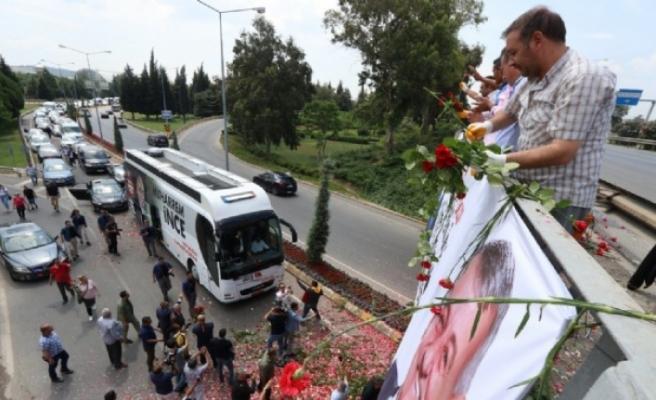İzmir'de 'İnce' karşılama: Yollarına gül döktüler