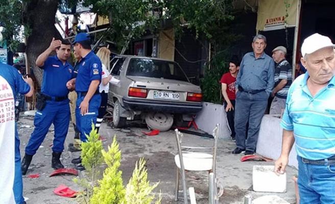 İzmir'de otomobil kahveye daldı: Feci şekilde can verdiler
