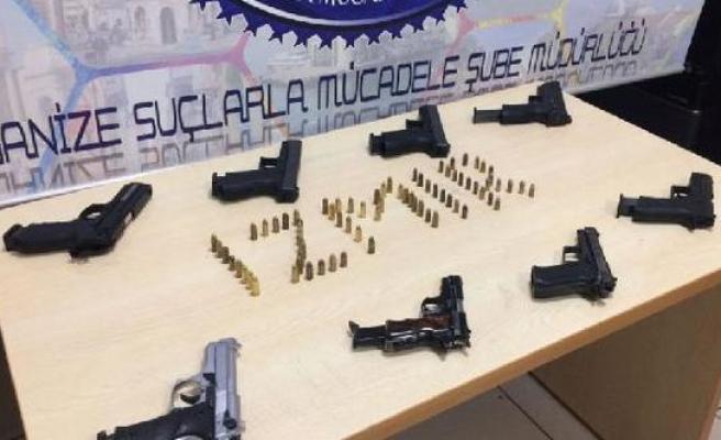 İzmir'de silah ve mühimmat kaçakçıları yakalandı