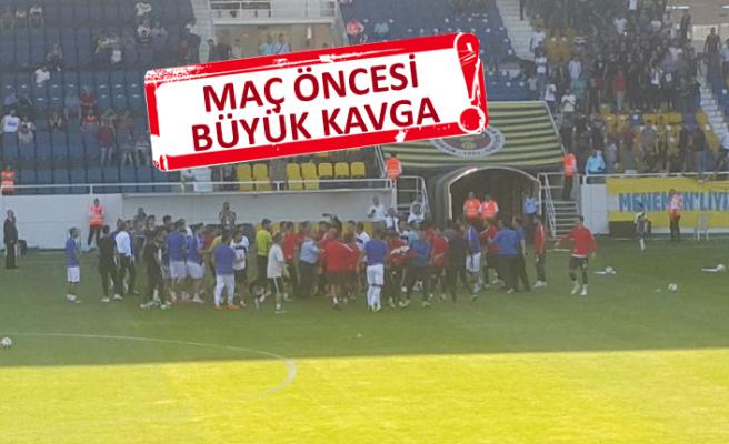 Maç öncesi futbolcular birbirine girdi