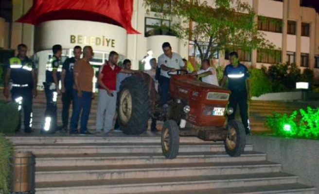 Muhtar belediyeye sinirlendi, traktörle...