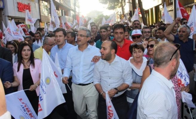 CHP, Karşıyaka'da sokağa indi