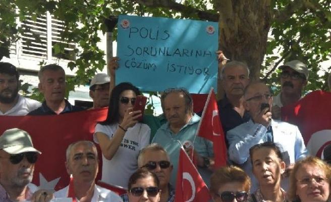 İzmir'de emekli polislerden 'ek gösterge' eylemi
