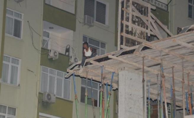 İntihar etmek için inşaata çıktı, ne bulduysa polislere attı