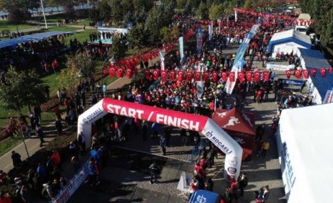 İzmit'te Cumhuriyet Koşusu'na 10 bin kişi katıldı