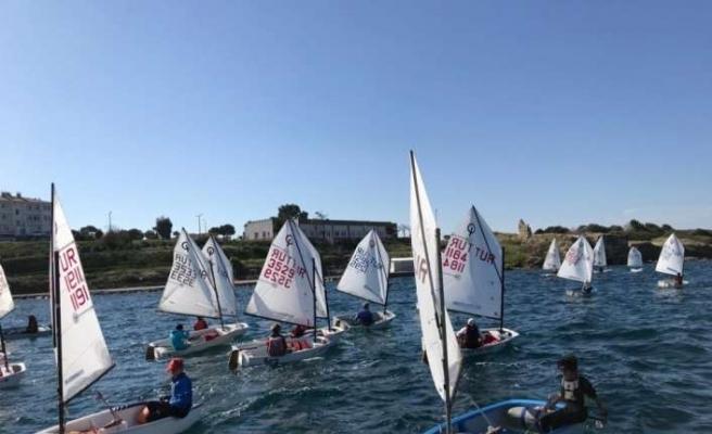 Foça'daki yelken yarışlarından kıyasıya mücadele
